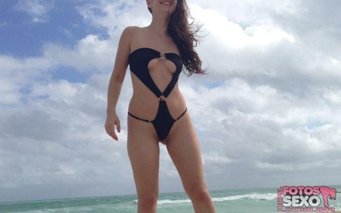 Morena novinha fudendo gostoso na casa de praia dos pais