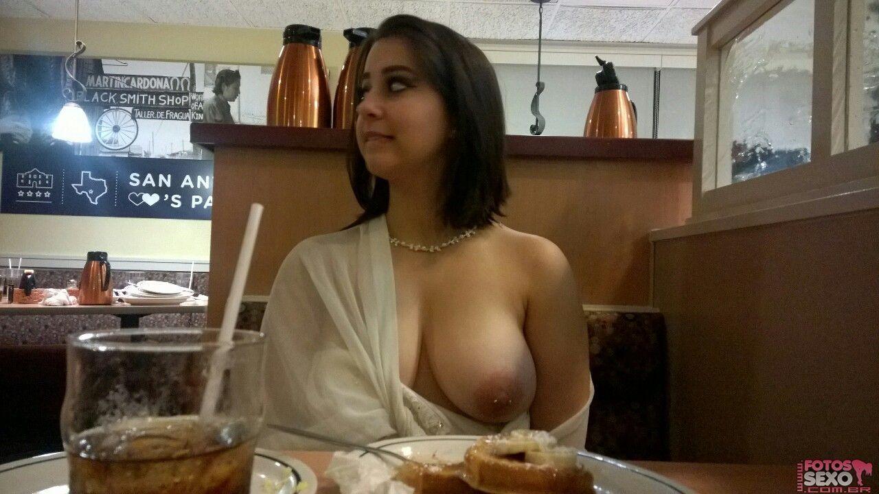 Morena gostosa pelada no Mercado e no Restaurante