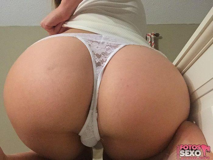 Esposa safada se masturbando na sala