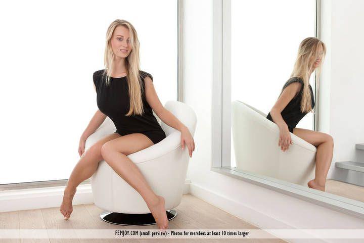 Loira amadora pelada na frente do espelho em fotos