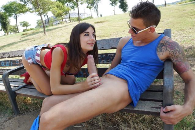 Namorada pagando boquete no meio da rua